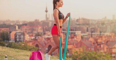 Femme utilisant un élastique fitness